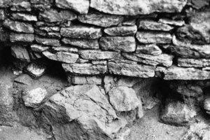 Oben links: Fehl- und Lunkerstellen führten bei diesem Fundamentmauerwerk zur RissbildungDaneben: Ruinöses, mit Humus durchwandertes Schalenmauerwerk