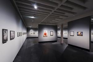 Ausstellungsraum im Erdgeschoss mit unverkleideter Betonrippendecke