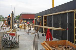Die Pfeiler und Stürze des Tragwerks errichteten die Rohbauer aus Stahlbeton<br />Fotos (2): Köster Bau