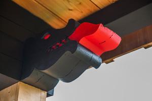 Freude an Details: Ein Drachenkopf mit roter Zunge und feurigem Auge ziert den Balkonunterzug