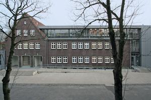 Links schließt die Mensa über eine gläserne Fuge als eingeschossiger Flachbau an den Bestand an. Rechts liegt das Staffelgeschoss in Kombination mit einem dreigeschossigen Anbau wie ein Winkel auf den beiden Backsteingeschossen des Altbaus<br />Fotos: Thomas Wieckhorst<br />