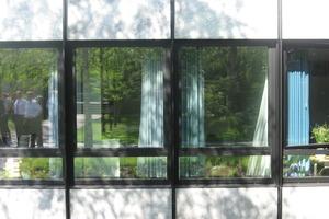 Detail der Aluminium-Glas-Fassade aus den 1970er Jahren<br />
