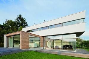 Beton, Holz, Glas und Putz – die unterschiedliche Materialität strukturiert das fein gegliederte Gebäude am Hang<br /><br />