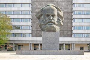 Um den Sockel des Karl-Marx-Denkmals vor Feuchteschäden zu schützen, wurde unter dem Splittbett eine kapillarbrechende Flächendrainage eingebaut
