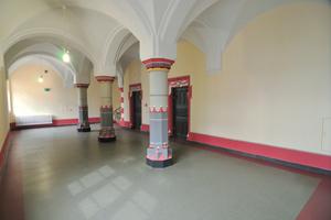 In den Fluren und Gerichtssälen wurde Linoleum verlegt<br />Fotos: Mapei