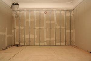 Hohe Trockenbauwand im Erdgeschoss<br />