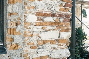 """Salzbelasteter Altputz muss bis etwa 1 m über der Schadenszone entfernt werden<br /><span class=""""bildnachweis"""">Fotos: Saint-Gobain Weber GmbH</span>"""