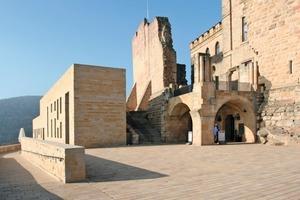 Seit April 2011 befindet sich auf einer der Wehrmauern ein Restaurant-Gebäude nach Plänen des Berliner Architekten Max Dudler Fotos: Thomas Wieckhorst