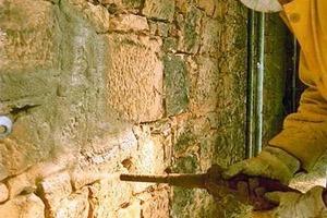 Links: Für das unverputzte Mauerwerk wurde ein NHL-gebundener Trockenspritzmörtel verwendet<br />
