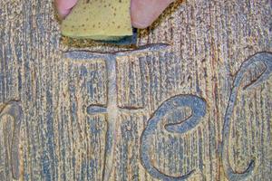 Rechts: Als Spezialeffekt kann Patina mit einem dichten, harten Schwamm auf die Oberfläche aufgetragen werden