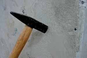Die Abklopfprobe kann man als Prüfmethode ganz einfach durchführen, um Hohlstellen im Untergrund zu ermitteln<br />