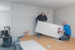 Im Badezimmer verlegten die Handwerker im ersten Obergeschoss an Wand und Boden 1 cm dicke Feinsteinzeugfliesen im Format 60 x 120 cm