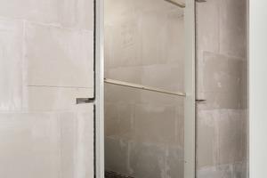 2  Die Aussparungen für Zargenanker lassen sich frei anordnen. Die in der Wand stehende Zarge wird ausgerichtet und ausgespreizt<br />