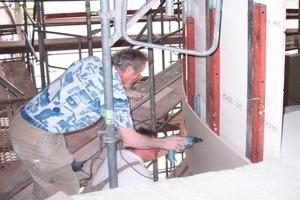 Die Beplankung auf den gesamten 110 laufenden Metern der Freitreppe erfolgte mit Bauplatten GKB (2 x 12,5 mm) an den Längsseiten und mit biegsamen Glasroc F (Riflex) (4 x 6 mm) an den Rundkehren der Ellipse<br />
