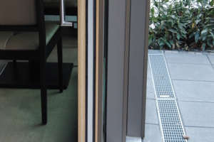 Die drei Elemente der Hebe-Schiebe-Tür im Restaurant werden platzsparend hintereinander geschoben