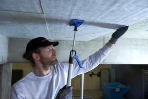 """Die """"Conlit Steelprotect Board"""" Brandschutzplatte kann von einer Person allein über Kopf verarbeitet werden"""