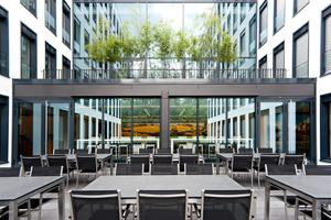 Besprechungsraum mit Blick auf eine der verglasten Gebäudeverbindungen<br />