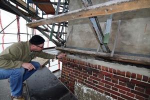 Maurermeister Andreas Kramp begutachtet die Schäden am Klinkermauerwerk des Wasserturms<br /><br />