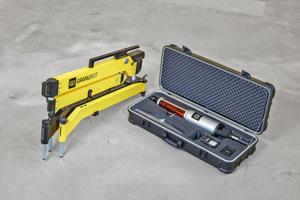 Rechts: Der Aktuator wird in einem Koffer geliefert, der auch einen Ersatzakku, das Schwert sowie ein Ladegerät enthält