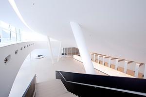 Blick in das Foyer im Erdgeschoss von der Treppe aus<br />