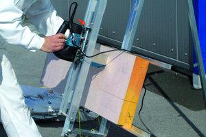 Der Zuschnitt der Dämm-platten aus Resol-Hartschaum erfolgt am besten mit einem elektrischen Sägeschneidgerät oder einer Dämmstoffsäge