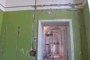 Im Zuge der Modernisierung mussten zahlreiche Leitungen neu gelegt und dafür der bestehende Putz geschlitzt werden