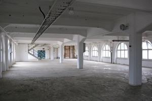 Das Fabrikgebäude besteht aus einer Stützen-Riegel-Konstruktion aus Stahlbeton mit in Gebäudelängsrichtung gespannten Stahlbetondecken<br />