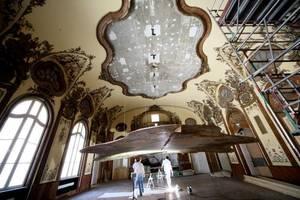 Sanierung der Deckenmalereien in einem der historischen Räume<br />