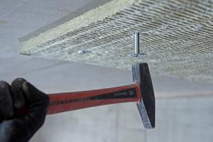 """Befestigung der """"Conlit Steelprotect Board"""" mit 6-mm-Schlagdübeln mit 32-mm-Scheiben"""
