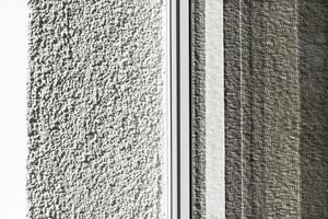 Die witterungsbeständigen Zementbauplatten Aquapanel Cement Board Outdoor der Knauf Außenwand wurden abschließend mit dem mineralischen Knauf-Scheibenputz SP 260 geputzt und mit einer Silikonharzfarbe gestrichen<br />