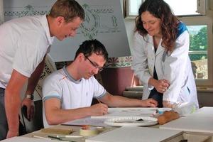 Melanie Schwalm, Seminarleiterin und Restauratorin im Maler- und Lackiererhandwerk, unterrichtet alte Handwerkstechniken in der Malerwerkstatt der Propstei Johannesberg<br />
