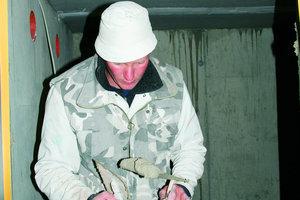 Oben links: Verputzarbeiten an der Versorgungsluke für den Pelletsraum eines Hauses in Wilhermsdorf