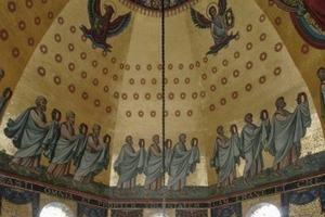 Tragende Scheibe des Kuppelgerüsts im Oktogon des Aachener Doms. Hierauf standen während der Sanierungsphase die Arbeitsgerüste zur Instandsetzung der Mosaike