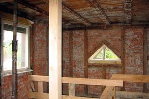 Links: Der alte Putz wurde nach der Entkernung – wie hier im Treppenhaus – bis in die oberen Geschosse hinein entfernt<br />Fotos: Thorsten Stepper / Ackermann Architekten<br />