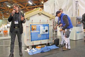 Links: Ronny Mayer kommentierte die Ausführung des Luftdichtsystems von Knauf Insulation