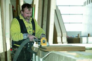 Oben links: Die Bearbeitung der Holzfaserdämmplatten erfolgt in der Zimmerei mit handelsüblichen holzzerspanenden Werkzeugen