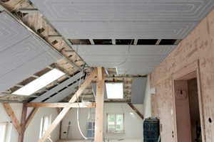 Auch im Dachgeschoss montierten die Handwerker die Deckenheizung aus den Renovis Trockenbauelementen