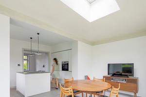 Der Anbau wird von bodentiefen Fenstern sowie einem integrierten Flachdach-Fenster mit viel natürlichem Licht versorgt