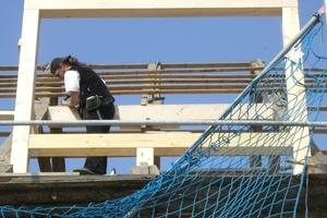 Einbau einer der großen Gauben in das Satteldach<br />