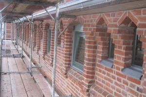 Die Backsteinfassade während der Sanierungsarbeiten<br />