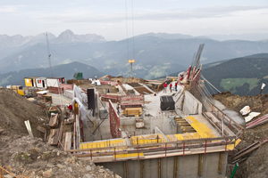 Blick von oben in die Rohbaustelle