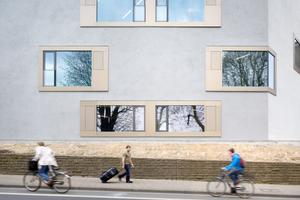 Straßenseite des Gebäude mit Fensterverteilung<br />