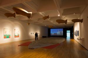 Ausstellungsraum in der Scheddachhalle mit Héctor Zamoras Aktionskunstwerk Zeppelin-Schwärme<br />
