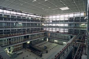 Um das enorme Gewicht der Bücher zu tragen, besteht die Unterkonstruktion der Treppen- und Regalwände aus Stahlträgern