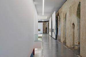 Westflügel (links) und Nordflügel nach der Revitalisierung: Die Wände aus dem 19.Jahrhundert erhielten einen Schlämmputz, die neuen Einbauten wurden hingegen konsequent weiß gestrichen<br /><br />