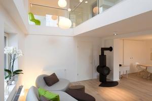 Höchste Transparenz im Innern: Dazu tragen auch die Glasgeländer sowie die filigrane Stahltreppe ins Dachgeschoss bei