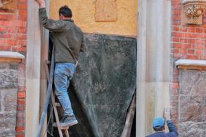 Steinmetzarbeiten bei der Restaurierung der Gewände am Haupt-eingang<br /><br />