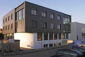 Bei einem Büroneubau in Salem kam eine hinterlüftete Fassade in Kombination mit einem WDV-System zum EinsatzFotos: Ursa