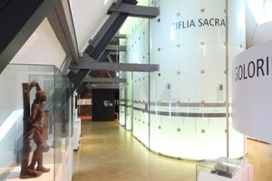"""Oberste Ebene im Eifelmuseum zum Thema """"Glaubeund Aberglaube"""". Im Hintergrund der hier weiße Infomonolith"""