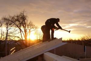 Baustellenromantik: Zwei Zimmerleute bei der Verlegung der Sparren<br />